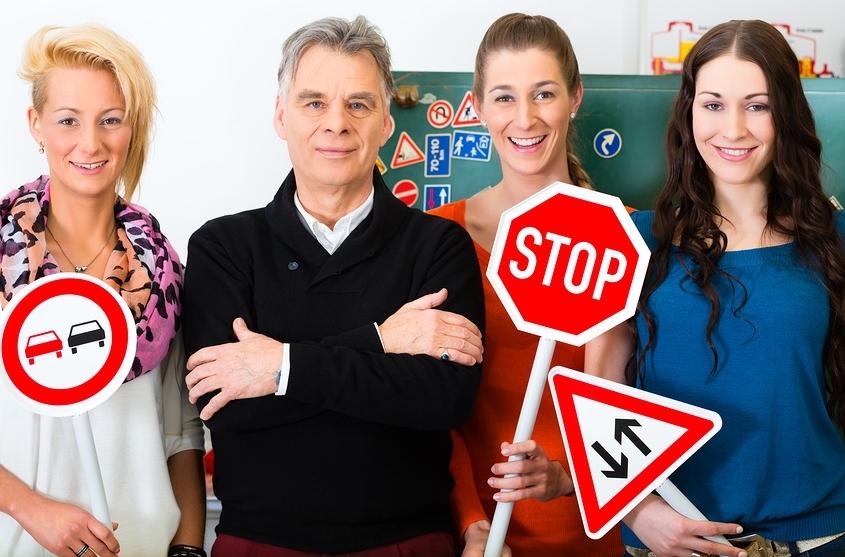 bigstock Driving school driving instr 44726494 845x557 - Cursos